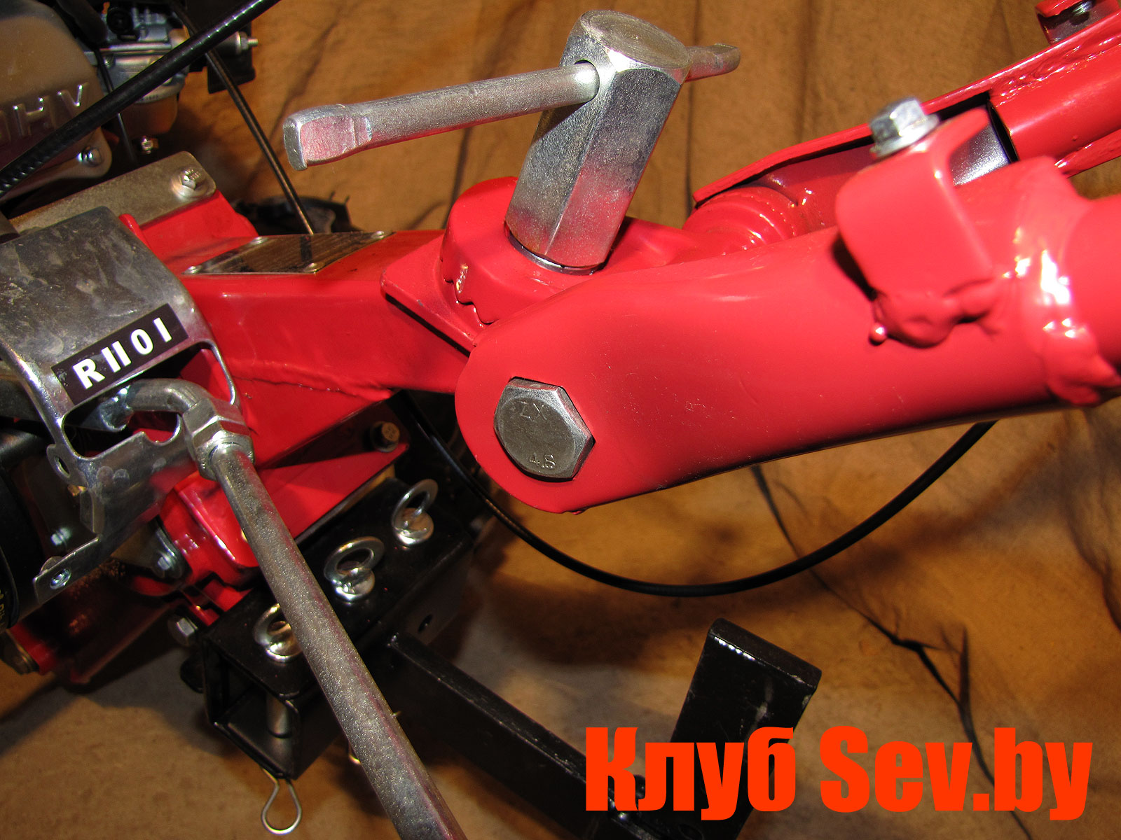 4. Правильное положение поворотного кронштейна и рукояток управления мотокультиватором